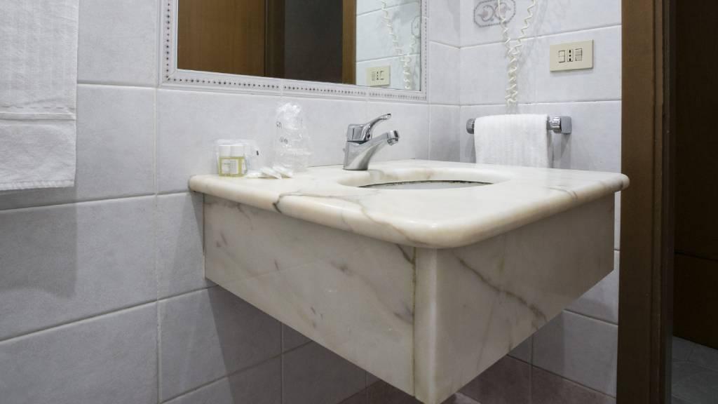 Hotel-Romulus-bathroom-detail-2307