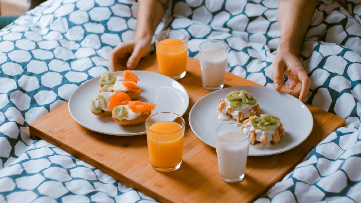 Hotel-Romulus-bedroom-breakfast